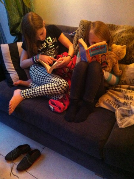 girls-reading